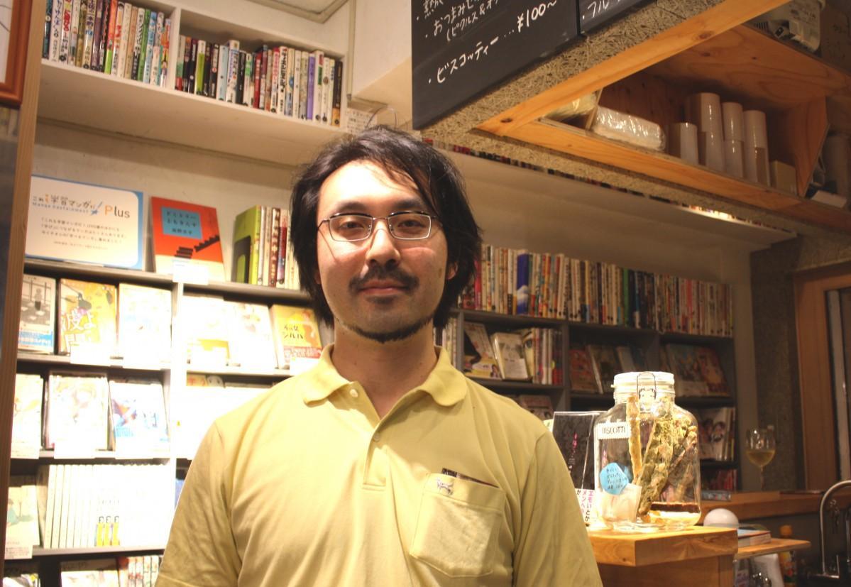 「マンガナイトBOOKS」の店頭に立つ店主の山内康裕さん