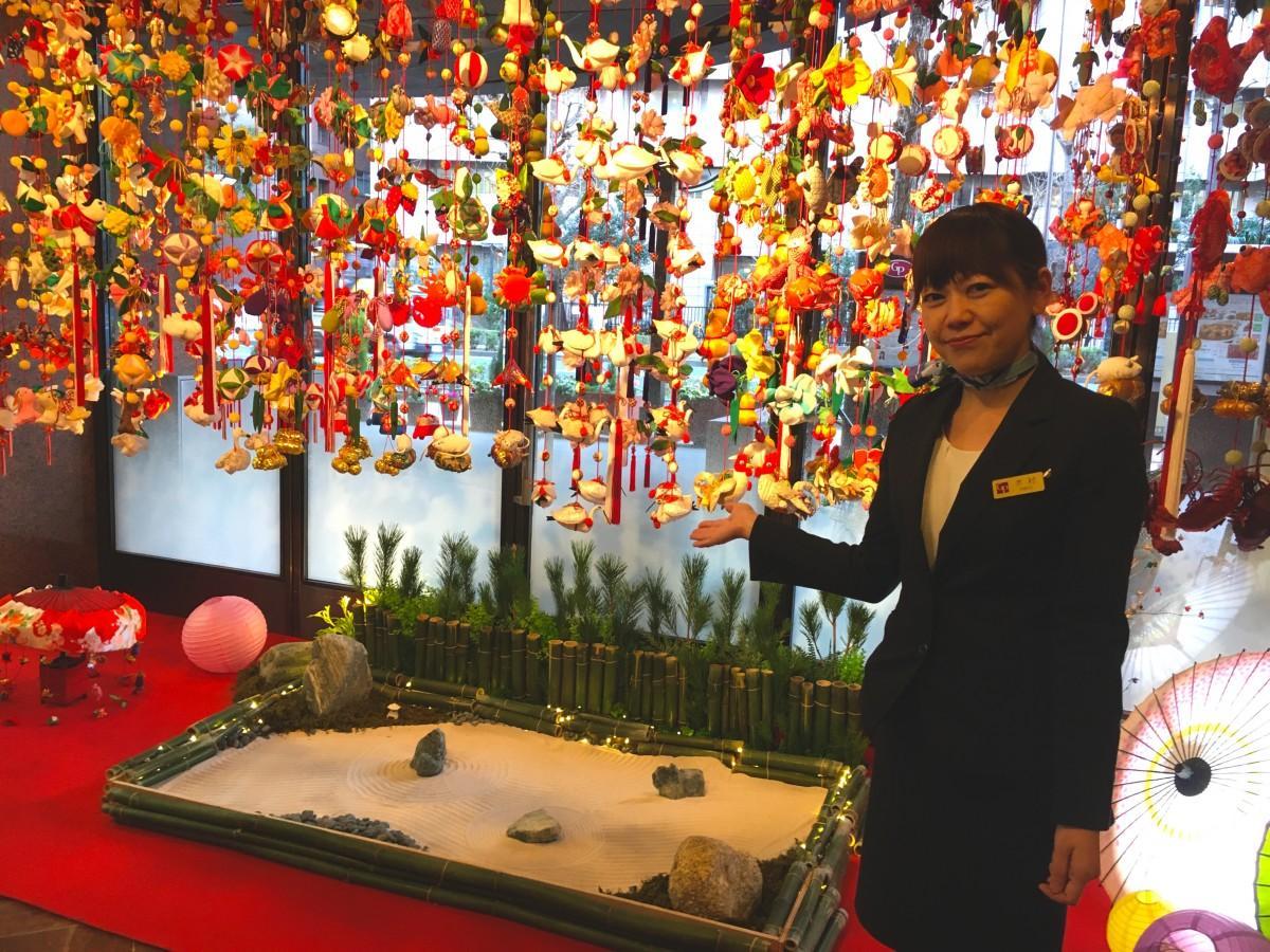 つるしびなを紹介する東京ガーデンパレス・フロント課の木村淳子さん