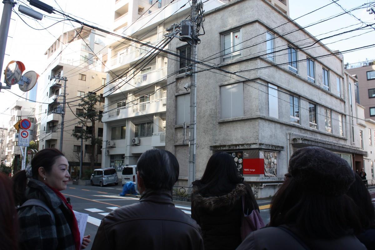 トーキョーアーツアンドスペース本郷の前で、講師の和田菜穂子さんと参加者のみなさん