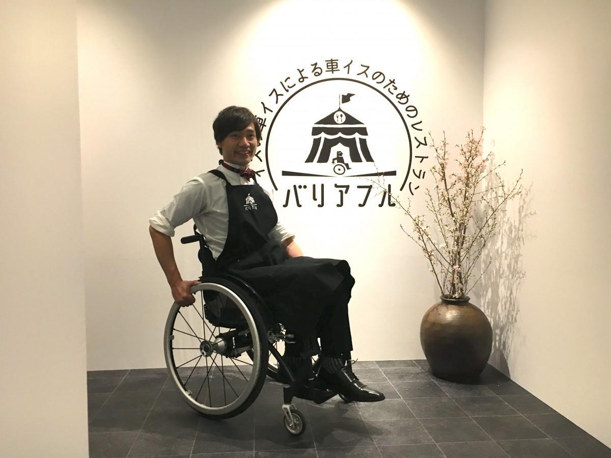 店長に扮(ふん)した「車いすユーチューバー」の寺田ユースケさん