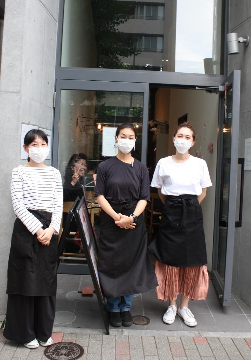 オーナーの門崎杏子さん(中央)とスタッフの皆さん
