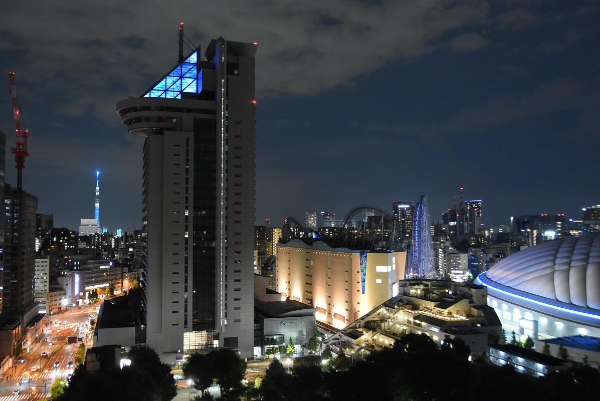 文京シビックセンター、東京ドーム、東京スカイツリーの「ブルー」が並んだ6月20日(写真提供=文京区)