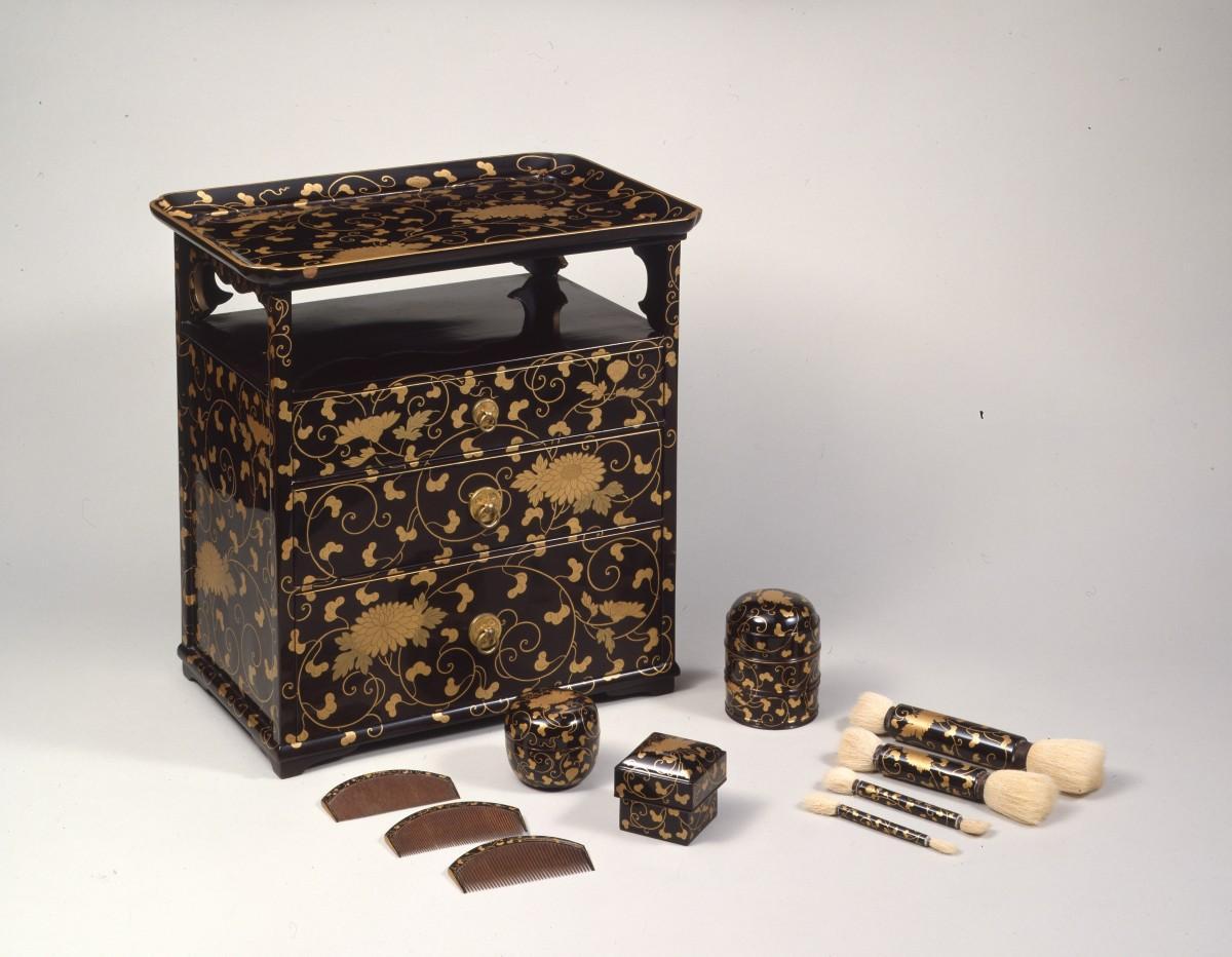 おうちにいるときでも、身だしなみは整えたいものです「菊唐草蒔絵櫛台」江戸時代(19世紀)(写真提供=永青文庫)