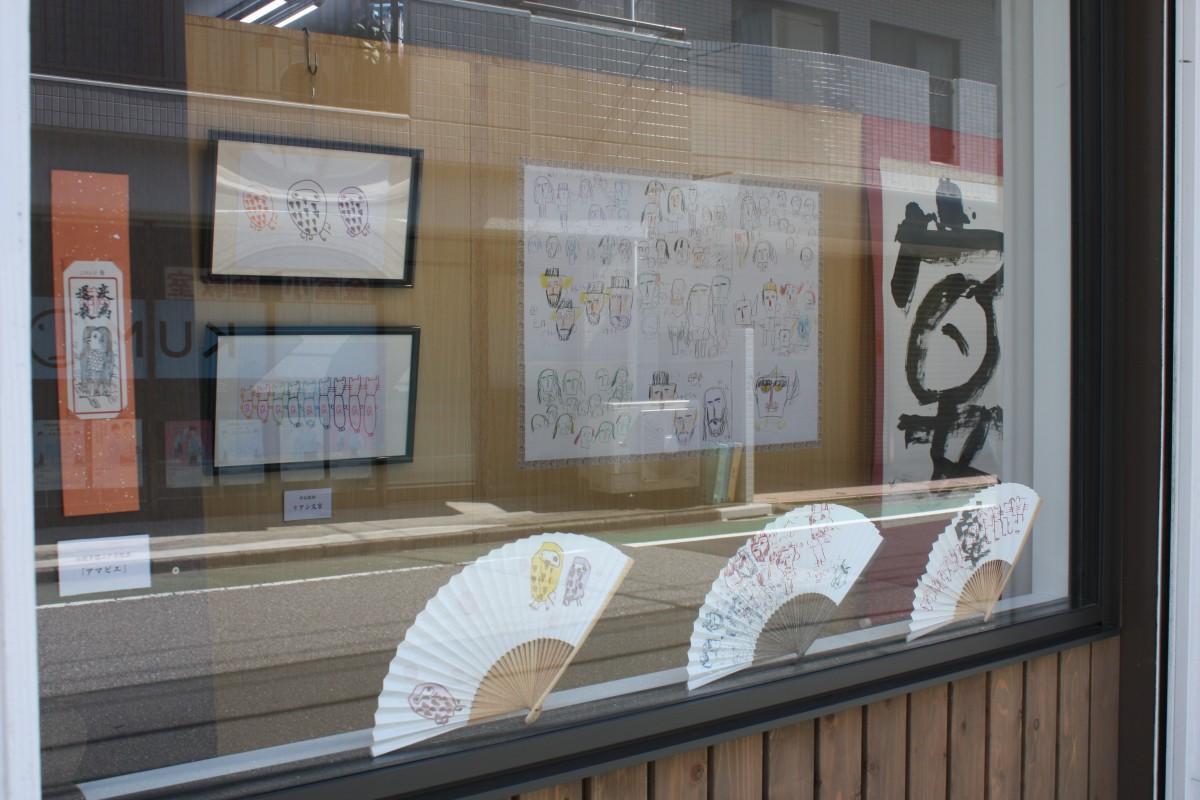 「道のギャラリー」での原画と扇子の展示