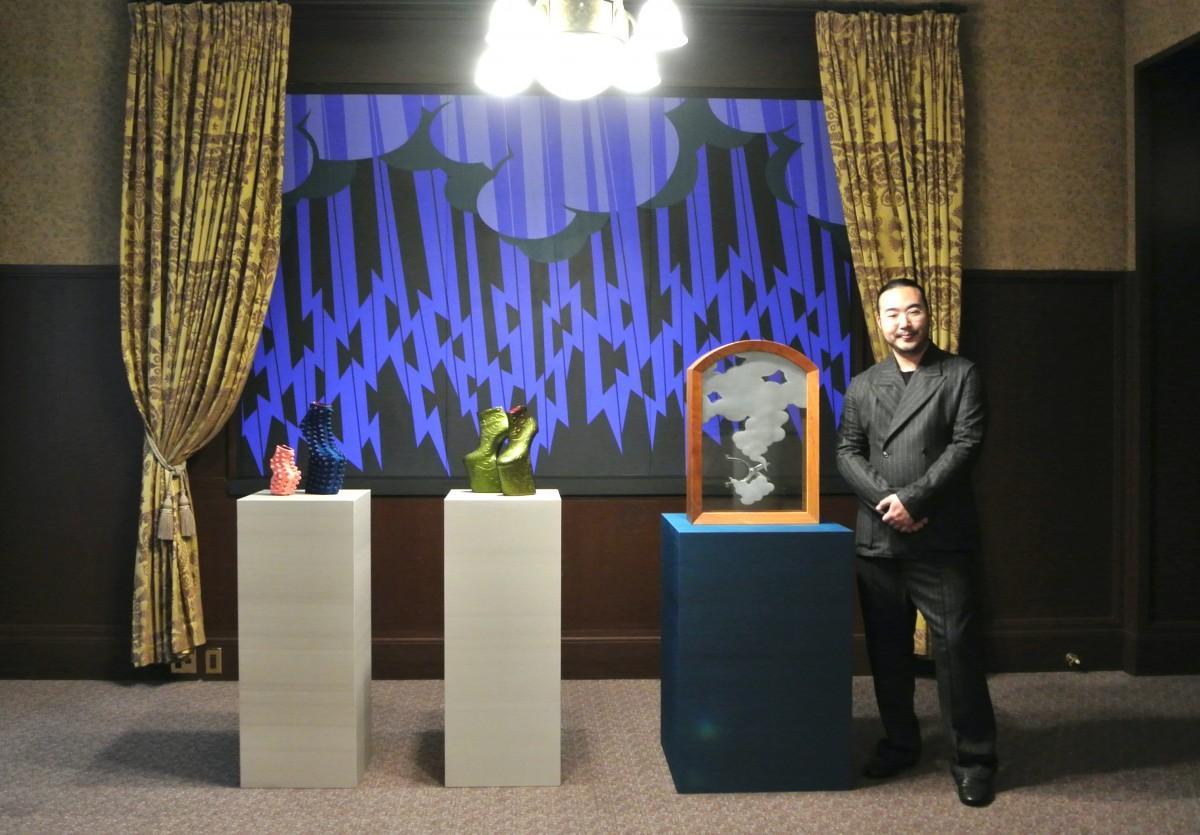 「江戸東京リシンク展」3事業者とのコラボ作品の前で、舘鼻則孝さん