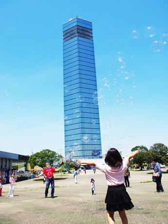 千葉ポートタワー前広場でシャボン玉パフォーマンス