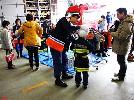 子ども用消防服着衣体験会(以前の様子)