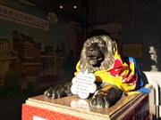 千葉三越「ライオン像」が閉店セールに一役 催事に合わせたコスプレで来店客出迎え