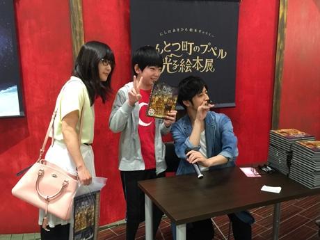 サイン会で読者と交流する西野亮廣さん