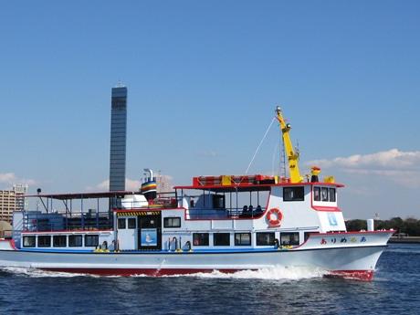 観光船「あるめりあ」とポートタワー