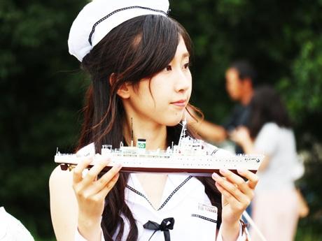 艦船模型を持つコスプレイヤー
