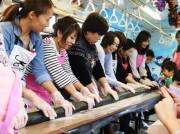 千葉都市モノレールで「長巻きデコずし」企画 走行中の列車内で調理、40人が参加