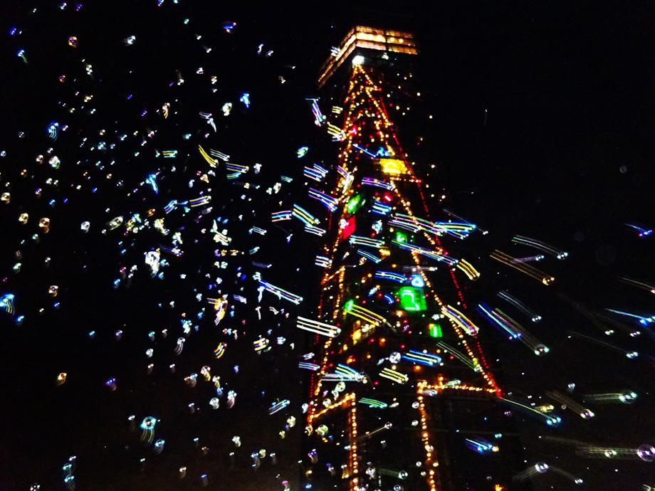 シャボン玉を飛ばすなどクリスマス仕様に装飾された千葉ポートタワー