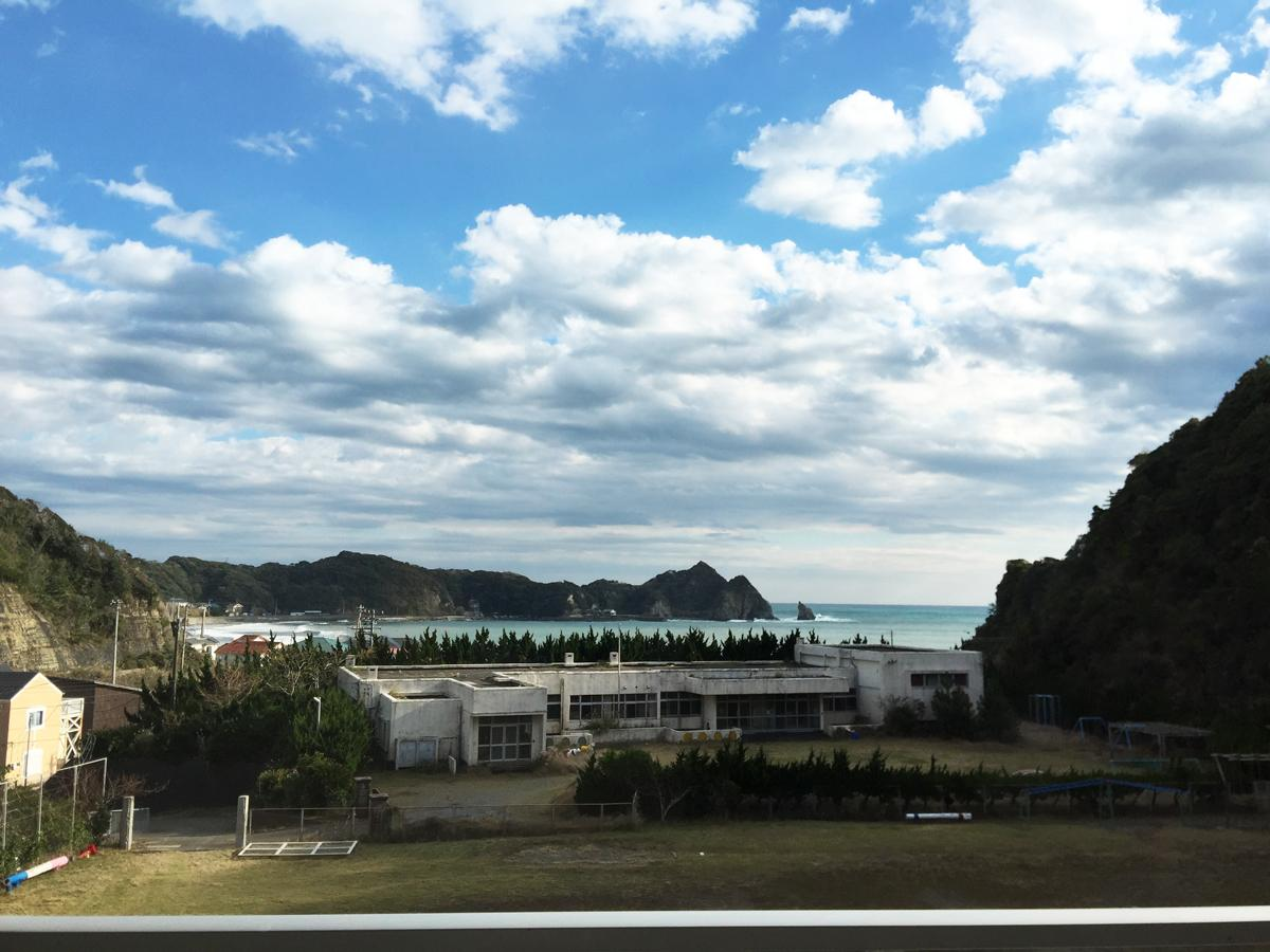 教室から海を臨むことができる勝浦市の旧清海小学校