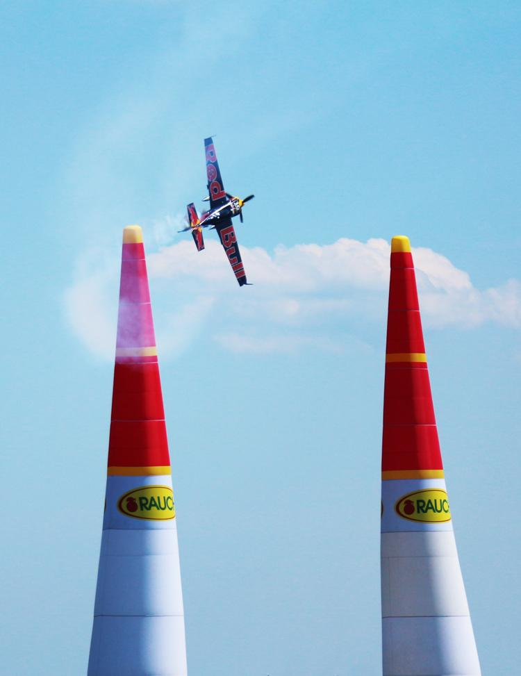 海上コースを飛行するレース機(昨年の様子)