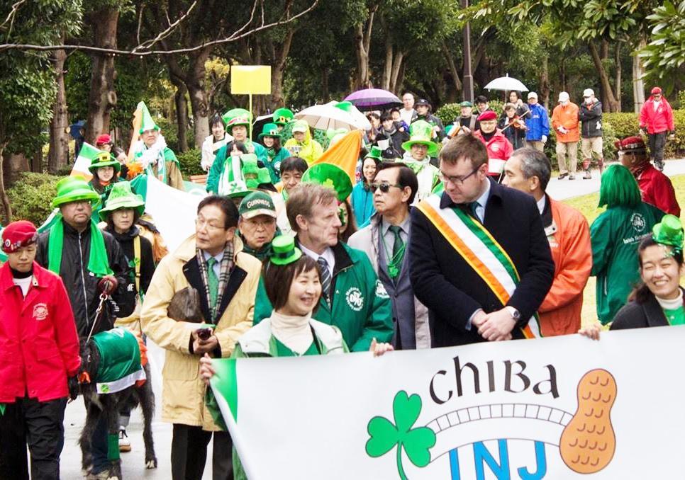 緑色の物を身に付け練り歩く参加者(昨年開催の様子)