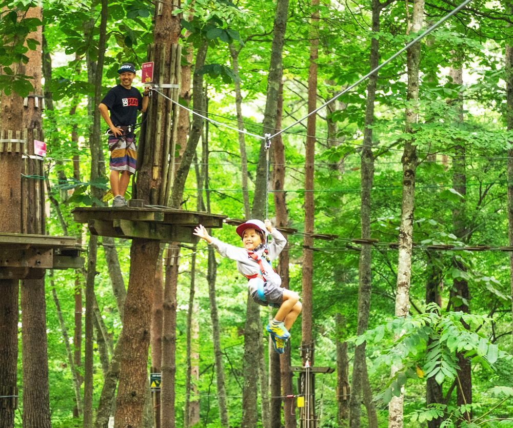 ロープから滑り降りる子ども(既存施設の様子)