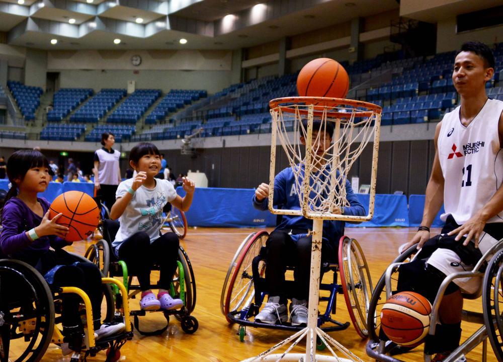 選手と一緒に楽しむ子どもたち