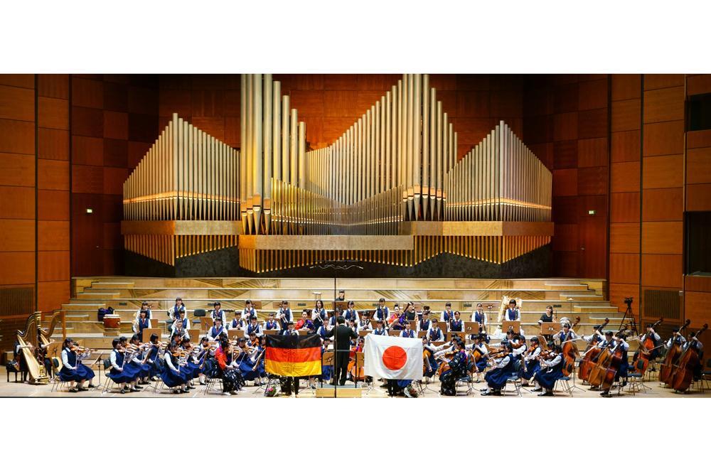 ステージに登場する県立千葉女子高校オーケストラ部(写真提供=千葉県)