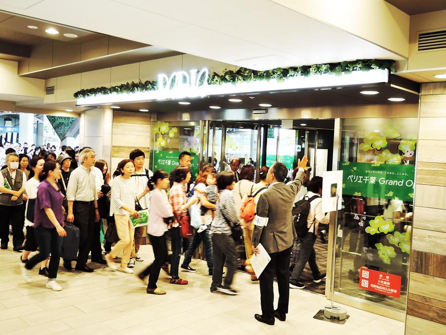 開店前から長蛇の列を作り店内へ入る買い物客