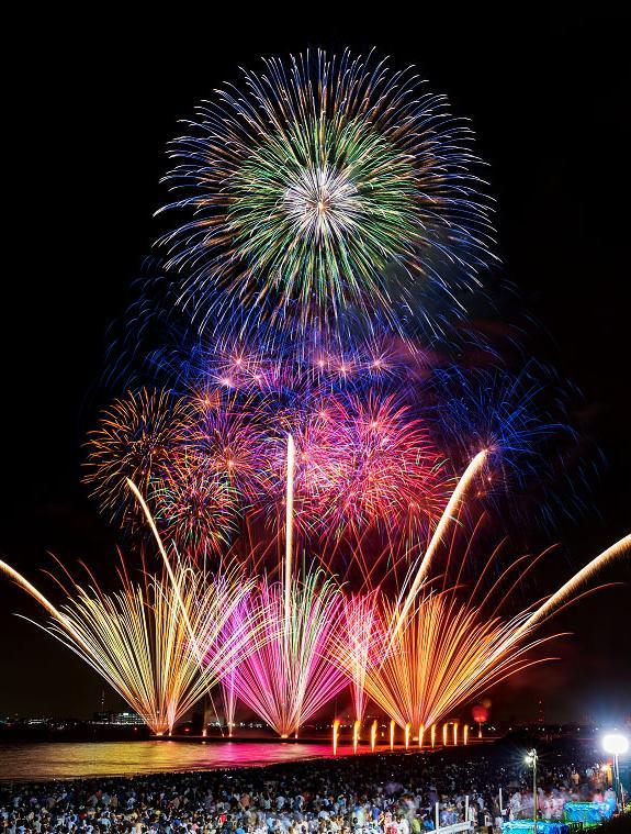 幕張海浜公園の花火大会、海上花火と大玉花火(昨年開催の様子)