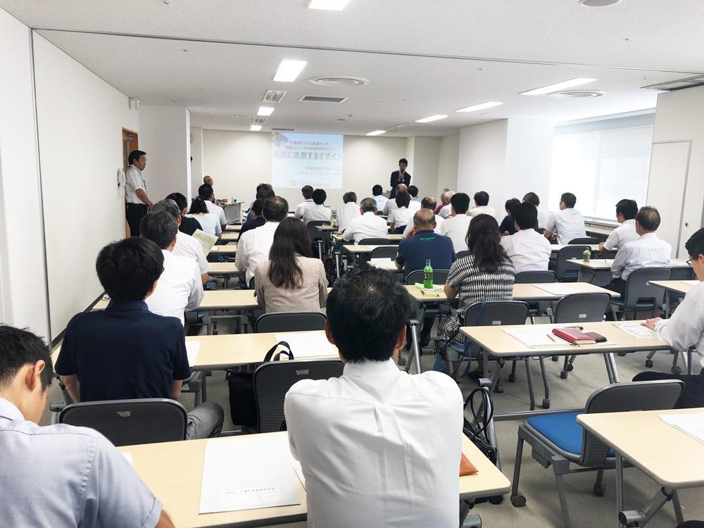 参加者を前にあいさつする熊谷千葉市長