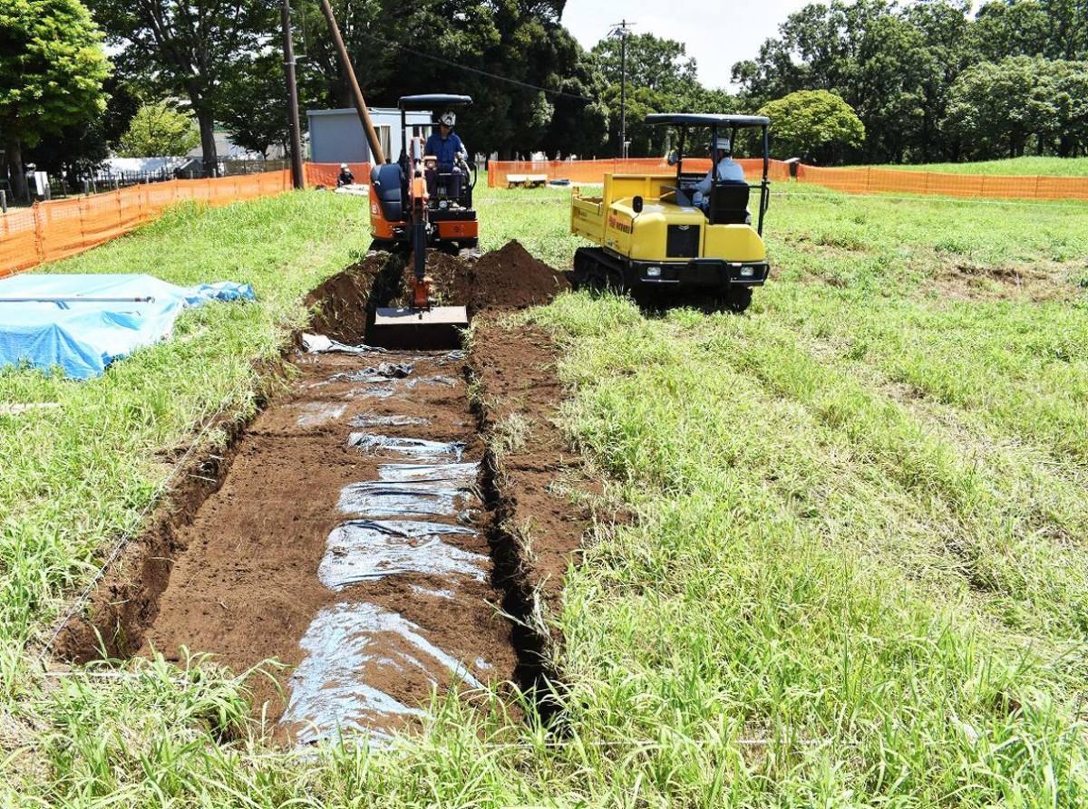 発掘準備のため表土を重機で掘削している様子