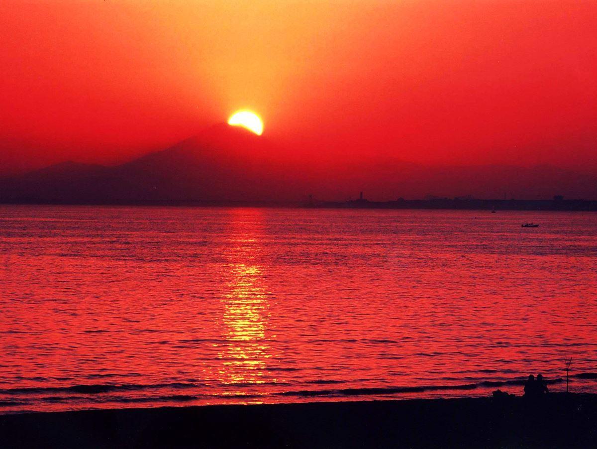 幕張の浜から望むダイヤモンド富士(千葉市観光協会提供)