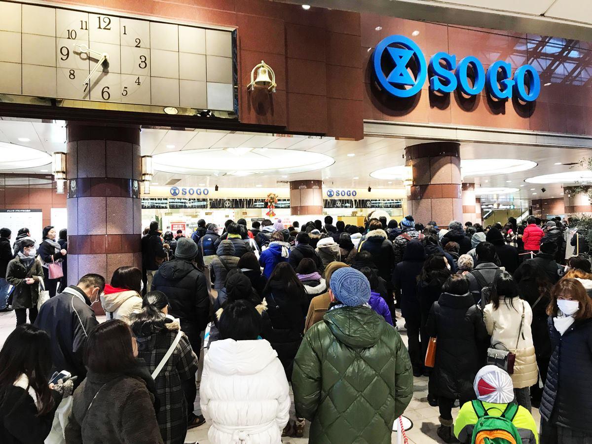 初売りの開店前に行列を作る買い物客