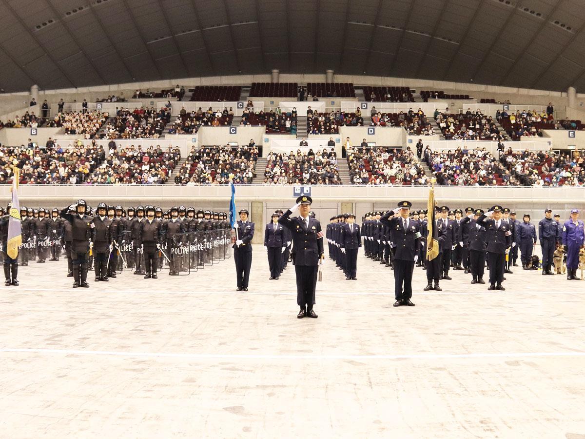 総括指揮官と警察部隊の整列(昨年の様子)