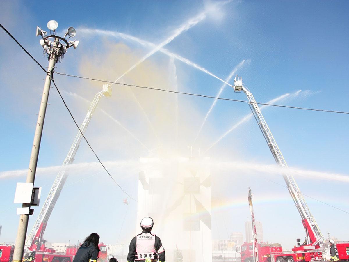 消防演技のフィナーレで行う一斉放水(昨年の様子)