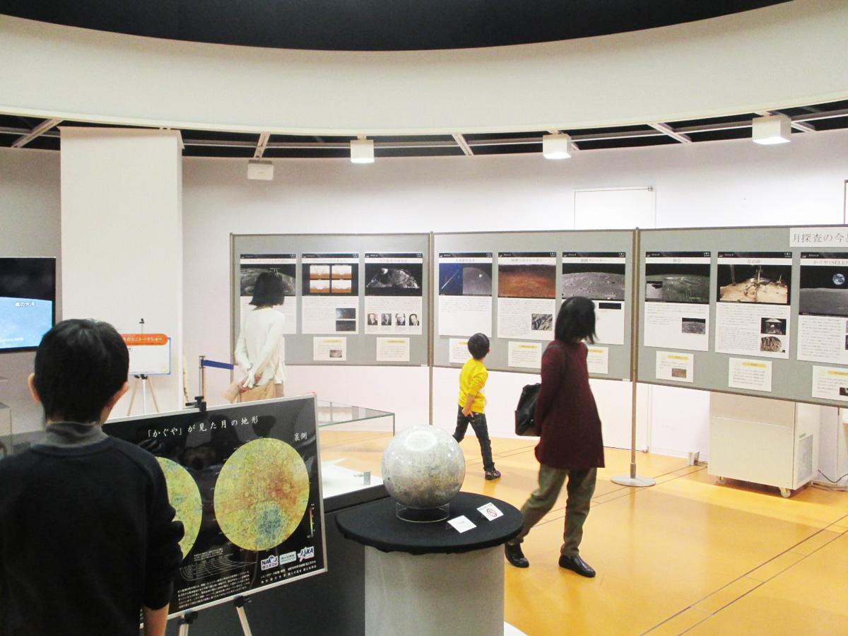 展示パネルを観覧する来場者(1月4日撮影)