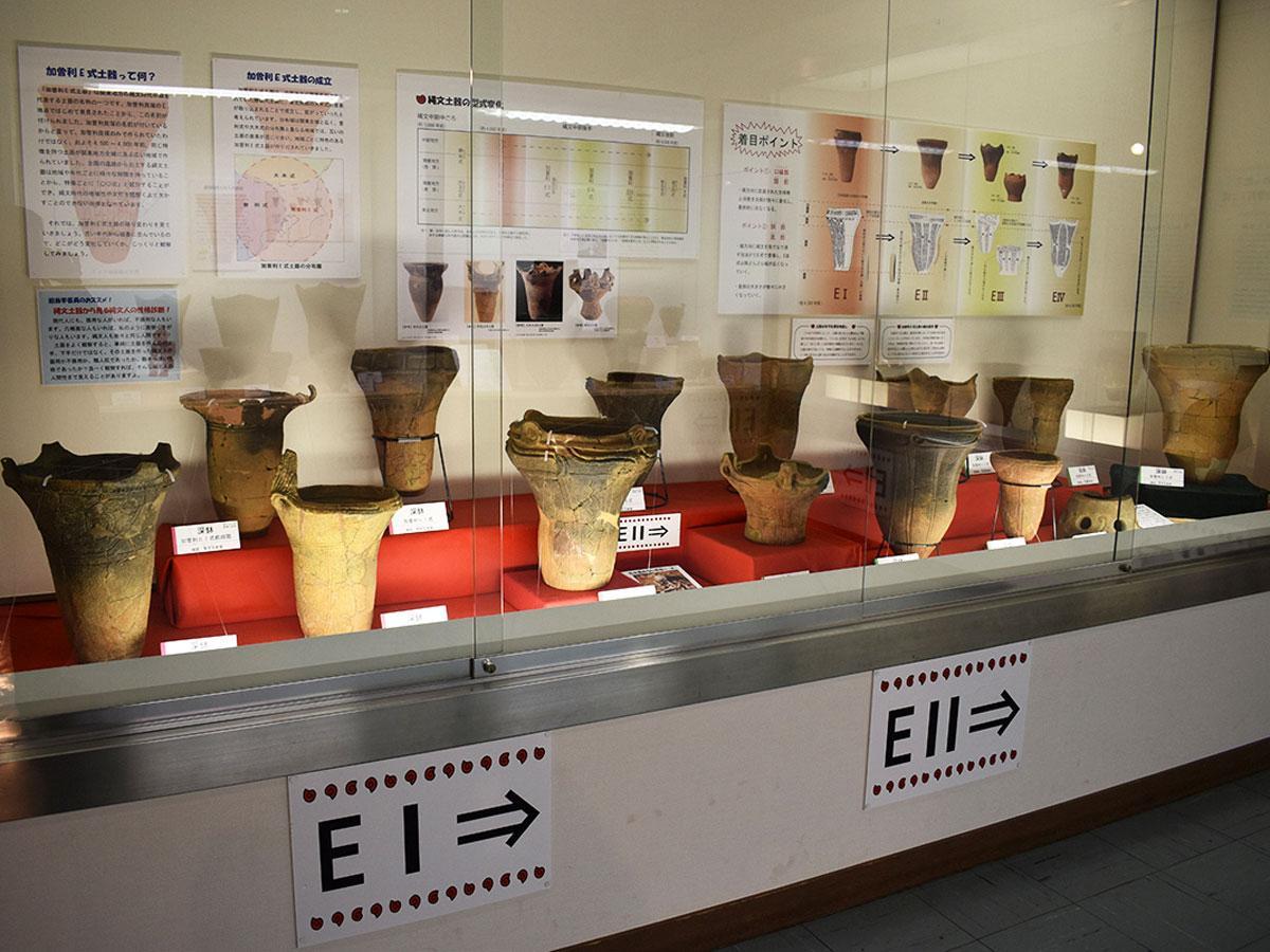 「加曽利E式土器」の展示