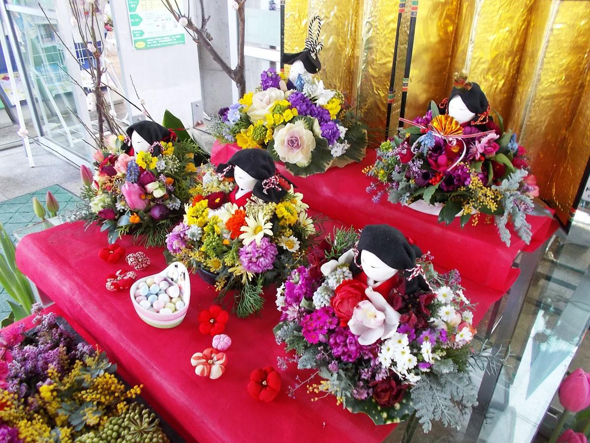 生花で作られたひな飾り(昨年の様子)
