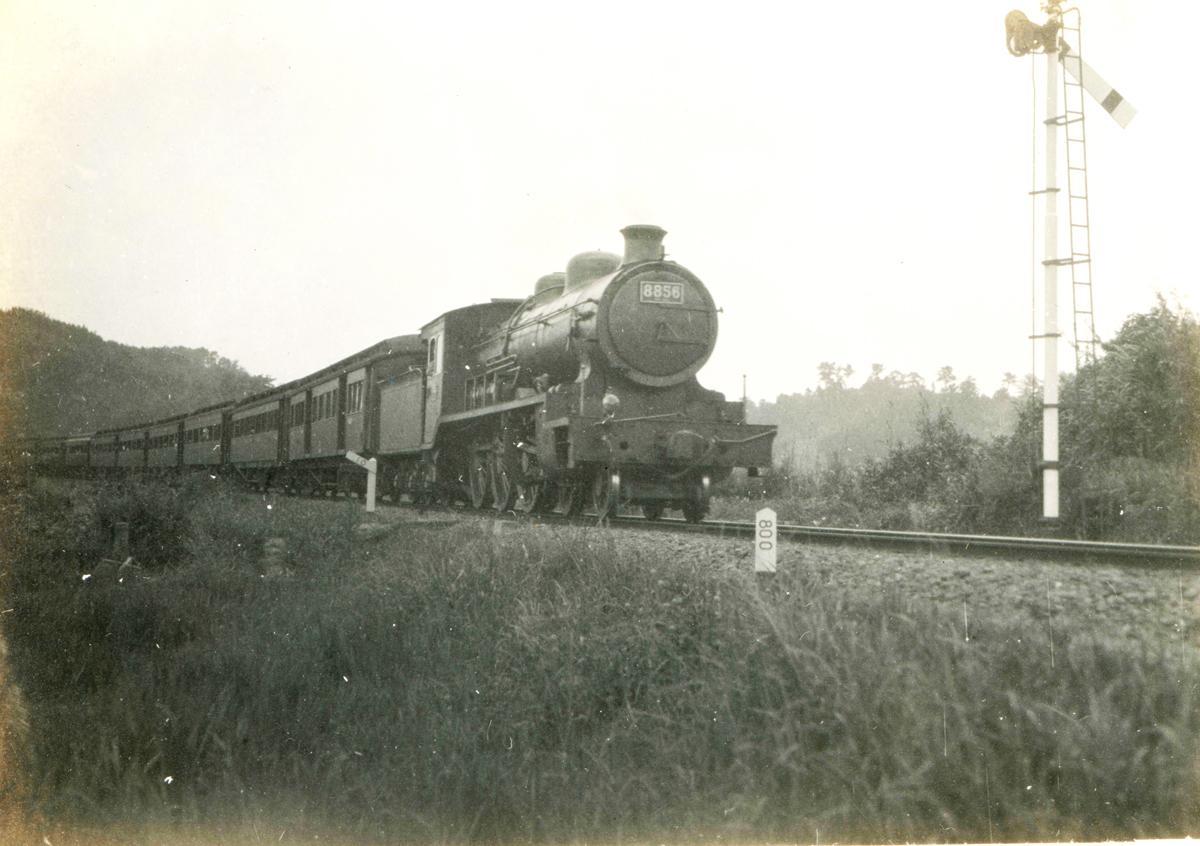 8850形機関車がひく旅客列車 房総線上総湊付近  1931(昭和6)年(千葉県立中央博物館蔵)