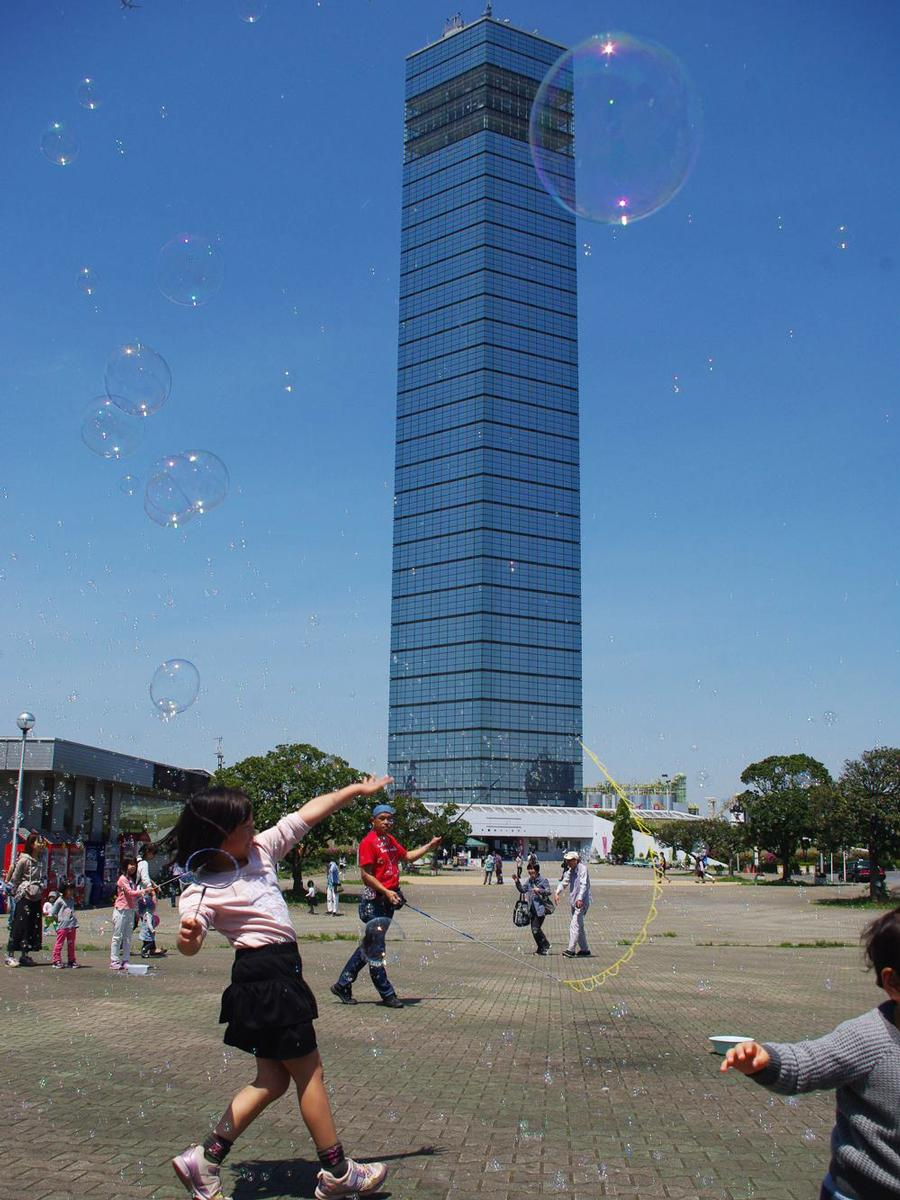 タワー前の子ども広場に舞うしゃぼん玉