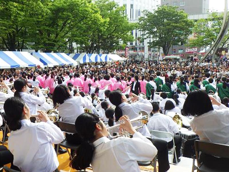 演奏を披露する学生バンド(過去開催時の様子)