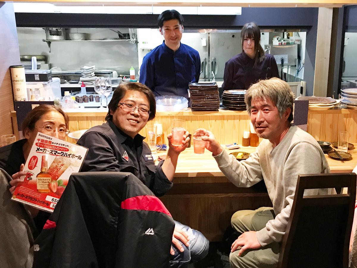 チーバハイで乾杯する客と店主の小関さん(左奥)とスタッフ
