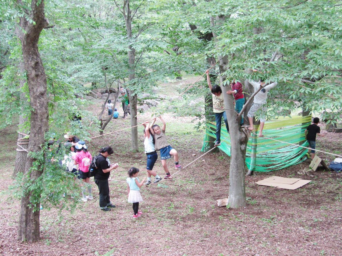 「プレーパーク」で遊ぶ子どもたち
