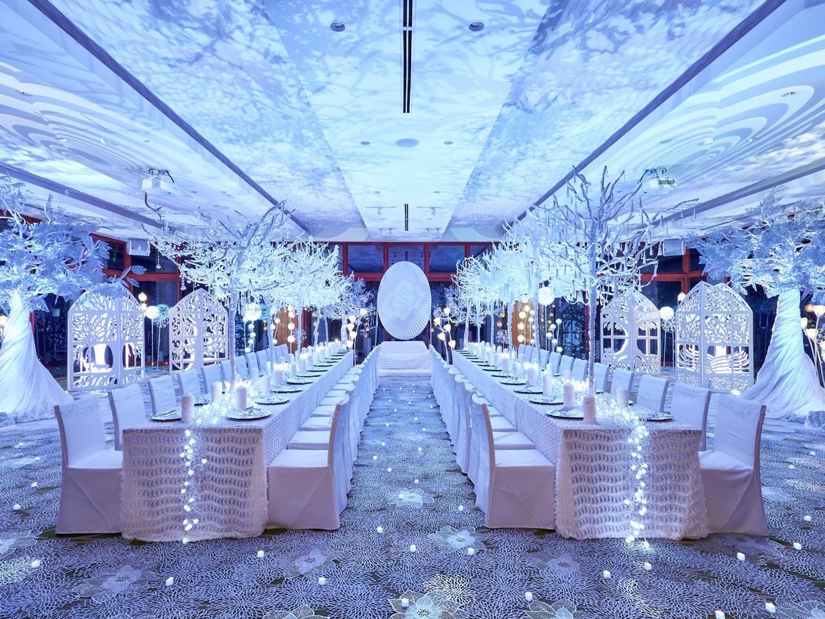 「純白の森」の演出を施した披露宴会場