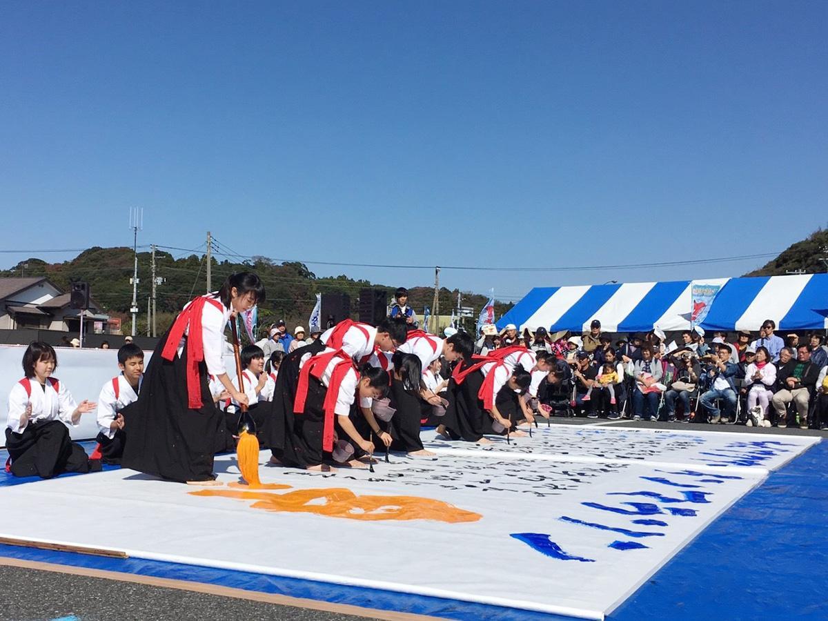 県立袖ヶ浦高校書道部のパフォーマンス(画像提供=千葉県)