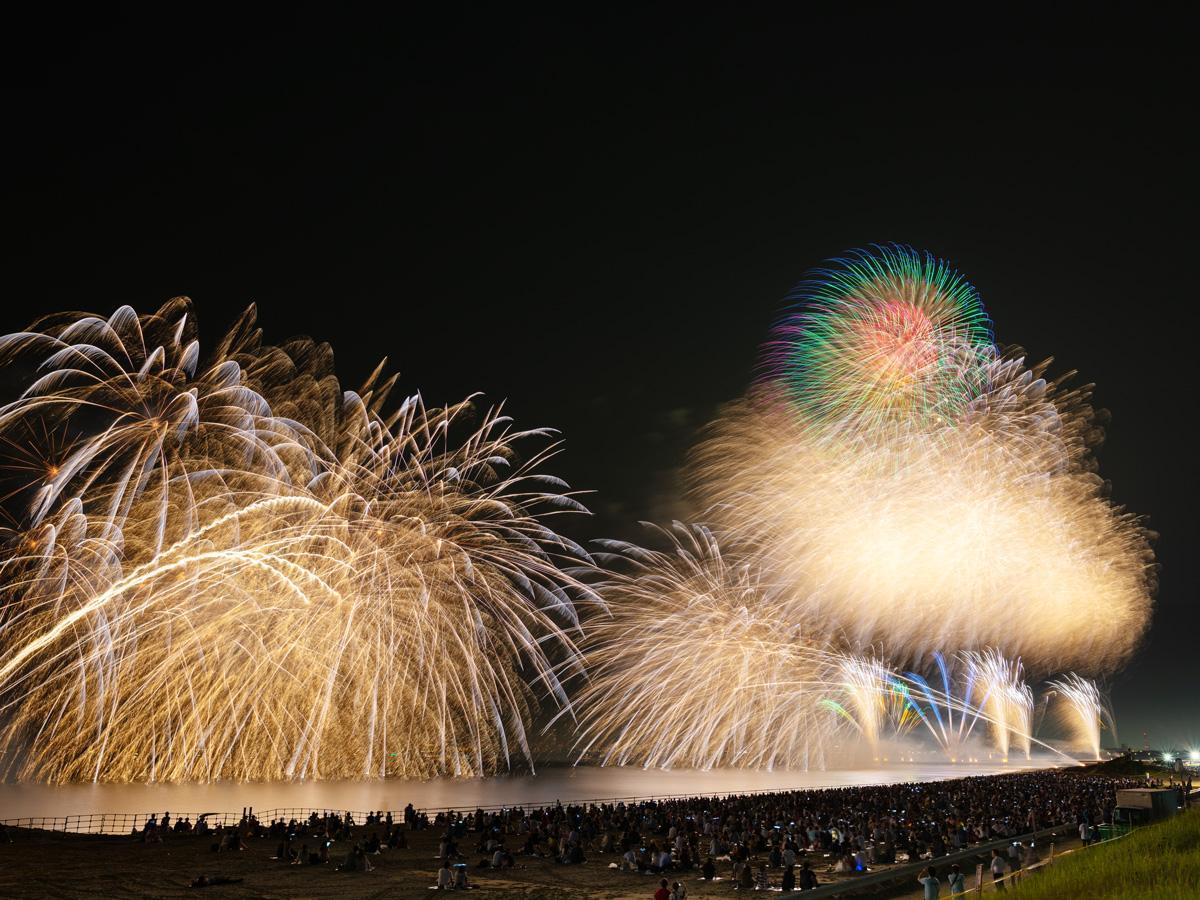 幕張のビーチを彩る海上花火(昨年開催の様子)
