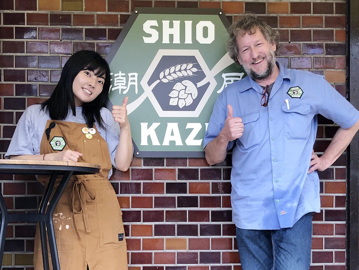 オーナーのクリスさんとパブマネージャー佐藤さん
