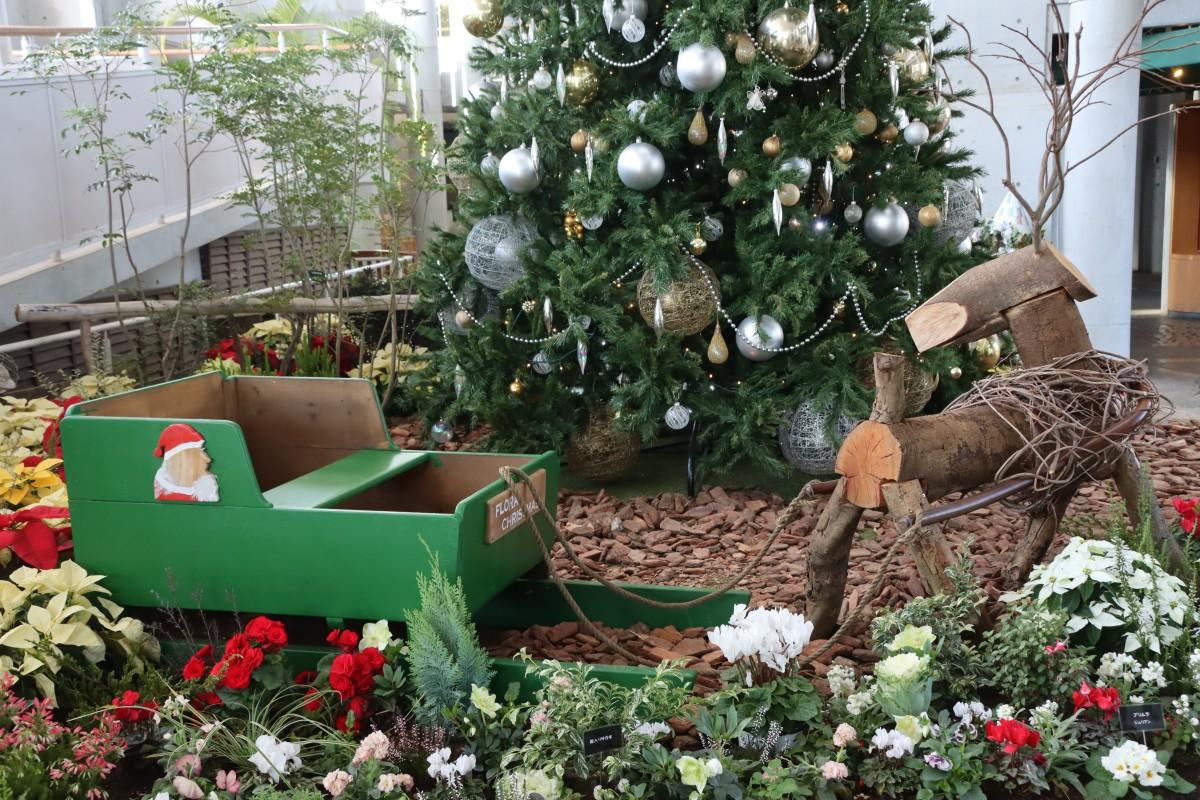 クリスマスツリーとトナカイのオブジェ