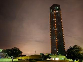 千葉ポートタワーがオレンジ色にライトアップ 世界アルツハイマーデー