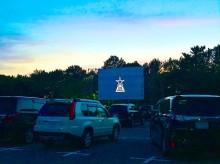 千葉・稲毛海浜公園で「ドライブ・イン・シアター」 車内から映画鑑賞