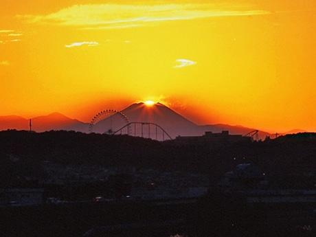 熊澤孝昭さんが一昨年、調布市の多摩川市民公園で撮影した「ダイヤモンド富士」。 富士山の前に見える観覧車は「よみうりランド」。(2006年11月8日16時26分撮影)