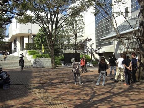 日中の市役所の前庭でのロケ