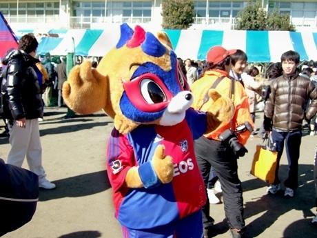 FC東京のマスコットキャラクター「東京ドロンパ」が、駅伝走者を応援