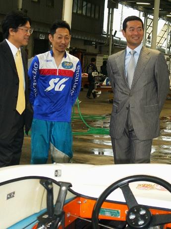 競艇用ボートの前で江口晃生選手(中央)から説明を聞く、桑田真澄さん(右)と平田竹男教授(左)。